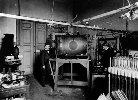 La Terrella de Birkeland no era sino una Tierra a pequeña escala sobre la cual, como vemos aquí, reproducía asombrosamente fenómenos eléctricos de plasma