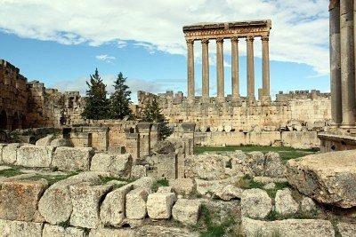 390a0 7575131 ruinas del templo romano y columnas en baalbek l bano - La construcción imposible de la Terraza de Baalbek, ¡a ver como la ciencia explica esto!