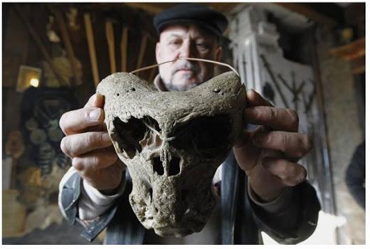 Un maletín del tercer reich y dos cráneos alienígenas encontrados en las montañas de rusia 1c4a4-malet25c325adn2bdel2btercer2breich2by2bdos2bcr25c325a1neos2balien25c325adgenas2bencontrados2ben2blas2bmonta25c325b1as2ben2brusia2b252872529