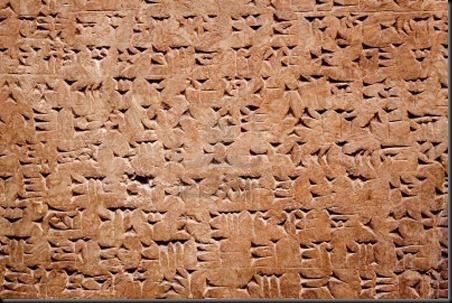 La escritura incorporaba símbolos más generales, como triángulos y círculos, y aunque no estaban pintados, resaltaban visualmente con una radiación fluorescente de colores que era diferente en cada mesa.