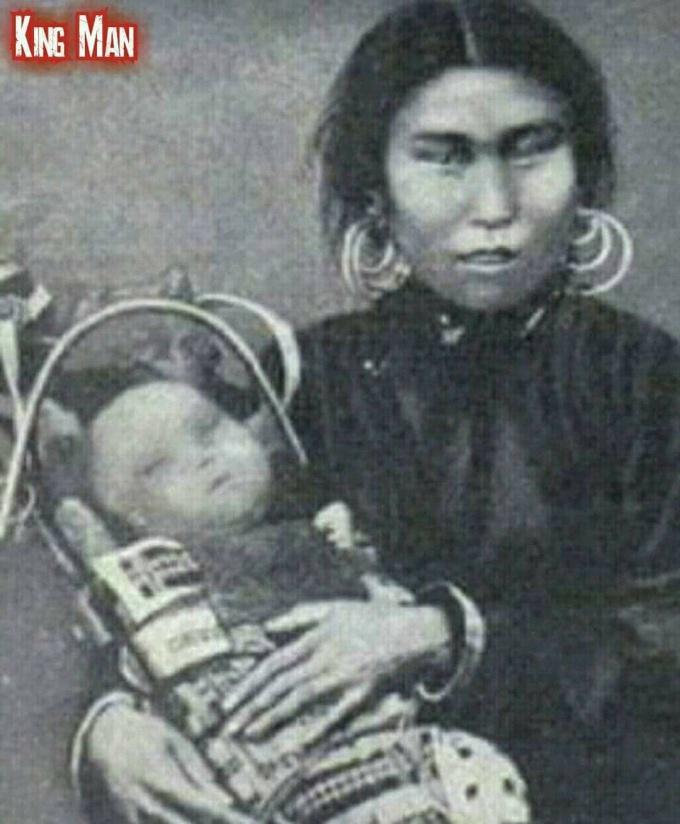¿Antigua fotografia de una mujer y un niño híbridos humanos-extraterrestres en Tunguska?